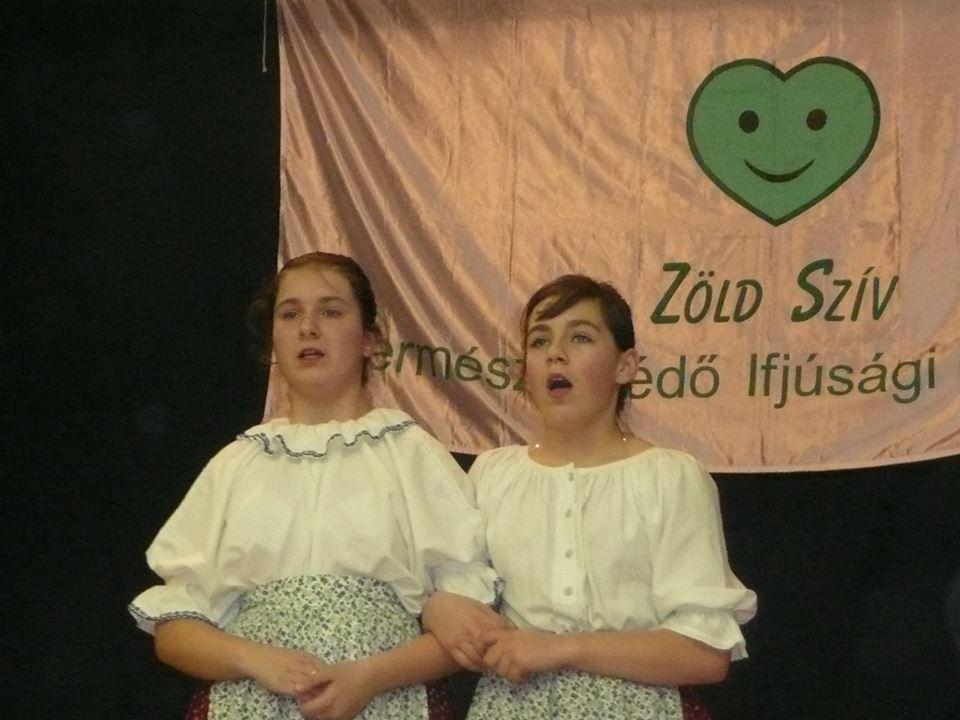 Hajdúszoboszlói lányok népdalokat énekelnek az országos találkozó megnyitóján 2010